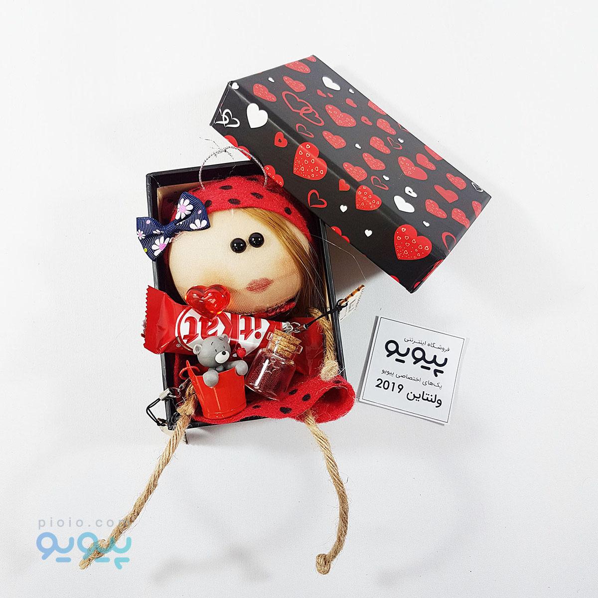 پکیج هدیه ولنتاین با عروسک نمدی دختر لباس قرمز ارتفاع ۱۵ سانتی متر |