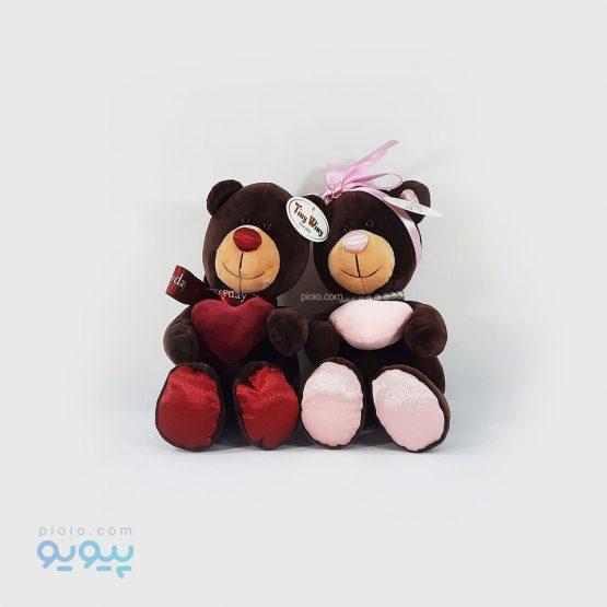 عروسک خرس قلب به دست نشسته
